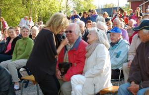 Är du kär i mig ännu....? Lill-Babs Svensson kom direkt från bröllop i Järvsö till Sörsjön, radade upp sina kända ''örhängen'' och flörtade friskt med publiken, som här Erik Larsson.