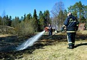 Foto: ANNAKARIN BJÖRNSTRÖM Tre grabbar som skulle grilla startade ofrivilligt en gräsbrand vid torpet i Sätra i går eftermiddag. Den gräsbranden var bara en av många under helgen.