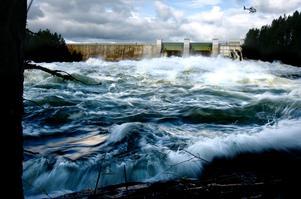 Här släpper Jämtkraft på extra mycket vatten genom Kattstrupeforsen för ett dammtest.