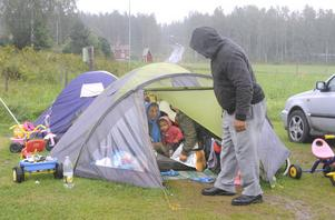 Nu bor de i tält och en bil på Vevlinge camping.