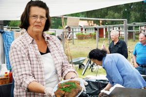Inga-Britt Berglin, Sörfjärden, stekte strömming till ett hungrigt slåttergäng.