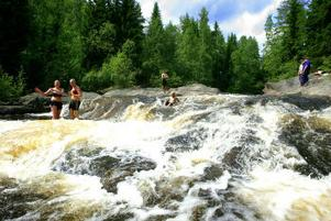 Det är tillåtet att bada vid åar och sjöar så länge man inte vistas för nära hus eller stör de som bor utmed stränderna.