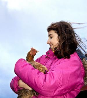 Rose-Marie Yousef med den bruna hönan Spotty, som fick sitt namn efter det engelska ordet spot.