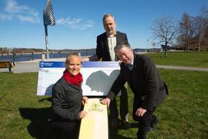 Kommunalråd Kjell Jansson (M) fäste i går kommunens logga på hennes båt och näringslivschef Dan Löfgren (mitten) lämnade över en check på 20 000 kronor.
