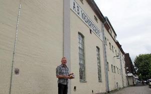 Bo Hansson utanför det som är kvar av bryggerinäringen i Borlänge. Wasabryggeriets skylt på fasaden.– För hundra år sedan fanns det ett bryggeri i varje större by.Om detta har han skrivit en bok som kommer ut under Nostalgidagarna 19-23 augusti.Foto