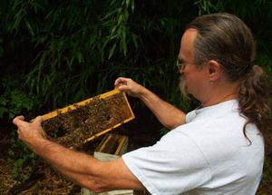 Biodlaren Randy Fair i det lilla samhället Evans loop i Louisiana, bor i ett av husen som användes i pilotavsnittet av
