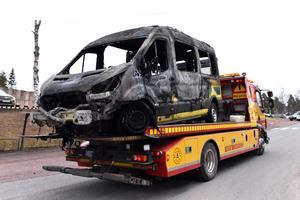 Branden startade i motorutrymmet på en sjuktransportbil som stod i lasarettets ambulansintag.