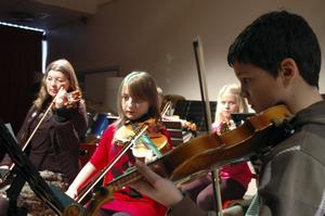 Elevorkestern inledde konserten Alla hjärtans melodifestival.