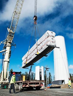 DRATransporterna av vindkraftverken inleddes i början av juli med fartyg från Danmark till Köpmanholmen i Örnsköldsvik, varifrån de fraktas vidare med lastbil till Stamåsen i Jämtland och monteras ihop.