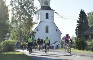 Siljan Runt cyklisterna passerar kyrkan där loppet länge startade, men sedan många år är start- och mål flyttat till idrottsparken.