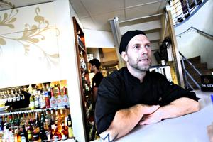 """GÖR OM DIREKT. Björn Lindberg, köksmästare på Brända Bocken, försöker ha en tolerant inställning när gästerna skickar tillbaka maten. """"Man gör små missar ibland. Då gör vi om, eller steker på maten igen. Vi står inte och bråkar med en gäst"""", säger han."""