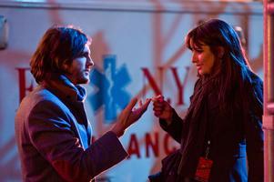 """Ashton Kutcher och Lea Michele spelar ett av kärleksparen i """"New Year's Eve"""". De möts i en trasig hiss men hamnar så småningom på Times Square."""
