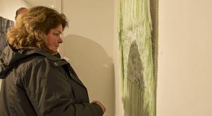 Anna-Lena Ström från Lillhärdal tyckte att vernissagen var trevlig och målningarna annorlunda.