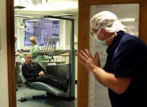 Strax dags för operation. Käkkirurgen Mikael Andersson tittar in för att höra hur Curt Näsberg mår.
