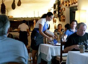 På resorten Su Gologone serveras spädgrisspett i långa rader. Hit kommer italienare från fastlandet för att njuta av landets bästa fläskkött.