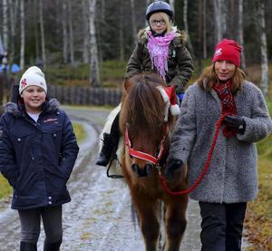 Tindra var jättenöjd efter att ha ridit islandshäst.