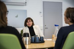 Vice statsminister, Isabella Lövin (MP), på besök hos socialsekreterarna som  har ingått i försöket med kortare arbetsdagar.