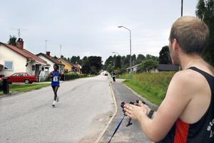 Genom samhället. Gitashu Tabur Lamisa hejades på av lagkamraten Niclas Andersson på den andra sträckan. Trots ryggproblem sprang han till synes obesvärat på Guldsmedshyttans gator.