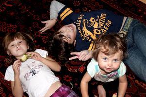 Barn med en stark självkänsla är ofta trygga i sig själva. Men hur ska man göra för att barnen ska få bra självkänsla?