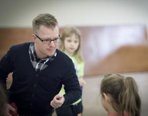 Mr Mac, Marcus Bertilsson, visade barnen i Hallstahammar hur man jonglerar med käglor, tallrikar, bollar och mycket annat.
