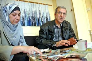 """KÄMPAR. Skutskärsparet Ensaf Al-kalidi och Mazin Abdulazez kämpar för att deras son ska få återförenas med dem i Sverige. """"Hur kan de splittra en familj så här?"""" undrar Mazin. Ensaf visar upp bilder på sin son."""
