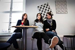 Eleonor Olsson, Anna-Lotta Lemon och Fanny Rymdén går sista året på gymnasiet och får behålla sina datorer om de har godkända betyg.