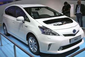 Toyota Prius +. Med över 2,3 miljoner sålda Prius världen över skriver nu Prius ett nytt kapitel med sin plug-in hybrid med koldioxidutsläpp på 49 gram per kilometer. Prius kompletterar familjen med en sjusitsig Prius+ med ett koldioxidutsläpp under 100 gram. Med sin Prius+ är märket först i Europa att erbjuda sju säten i kombination med hybrid.