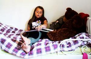 Indra Norman Kring sitter allra helst i sängen på sitt rum och läser böcker.