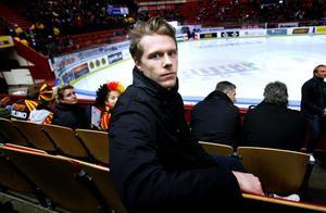 Njurundafostrade Sebastian Lauritzen trivs förträffligt i nya klubben Brynäs. – Än så länge är allt bara positivt. Det är ett härligt gäng och sen är det väldigt många bra hockeyspelare också. Vi spelar verkligen som ett lag. Det enda negativa är att jag fortfarande bor på hotell, säger han.