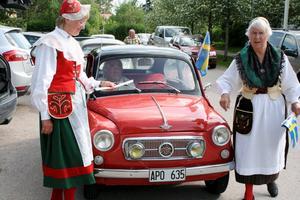 Flaggstafetten avslutas. Makarna Axelssons Fiat 600 förde flaggan den sista biten.