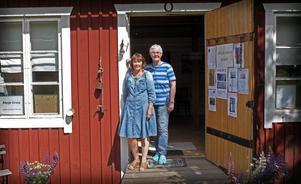 Carin Hedlund och Mona Lindström Zittra i dörren till Ateljé Orsta.