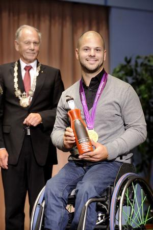 Falu kommun valde att uppvakta Stefan Olsson för dennes guld i Paralympics. Av Karl-Erik Pettersson (S), kommunfullmäktiges ordförande, fick han ta emot en falujungfru.