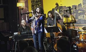 Anat Cohen imponerade stort i Härnösand under onsdagskvällen. Under fredagskvällen spelar hon i Örnsköldsvik.