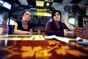 – Jag undrar hur många i restaurangbranschen som känner till alkohollagens bestämmelser om praktikanter, säger Erica Hellqvist, personalansvarig på Buddy's City, till vänster. Till höger syns Camilla Johansen.