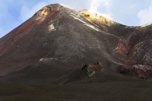 Etnas topp är färgad av rostad lava och snö.
