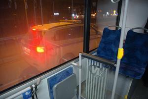 Flera ledningsfordon syns cirkulera runt i stan och på Bäckby under tisdagskvällen.