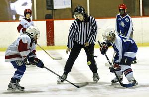 Hockeymatchen mellan Snäckan och Kronhagsskolan blev intensiv. Cornelia Lindbäck är domare och sköter nedsläppet.