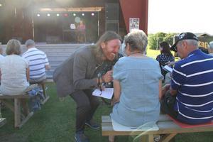 Allsångsledaren Fredrik Swahn såg till att alla fick sjunga med.