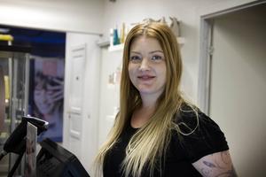 Jenny Hermansson, ägare av skönhetssalongen Studion som ligger i Åhlénshuset fortsätter att bedriva sin verksamhet som vanligt men vill veta hur stor omfattning skadorna är så fort som möjligt.
