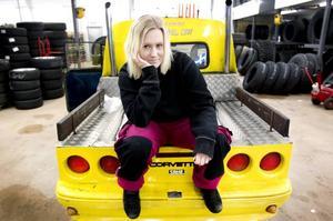 SNART FÅR EPAN VILA. Nathalié Ågrens epatraktor är utrustad med allt som hör till: lyckotärningar, doftgranar och teddyinredning. På plussidan står också den gula färgen och bakpartiet från en Chevrolet Corvette, Nathaliés drömbil. Men nu när hon får körkort överger hon sin gamla epa. Kompisarna med raggarbilar står redan i kö för att anlita henne som chaufför.
