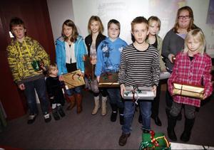 Totalt 30 barn fick motta pris i LT:s julkortstävling. Här får barn i åldrarna 11 till 16 år pris som bestod av ett målarset.