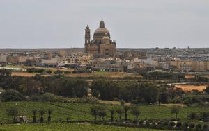 Xewkija-kyrkan, en av många fina kyrkor i gul sandsten på Gozo.
