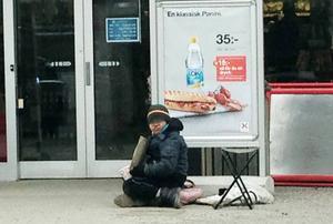 Socialtjänsten har besökt pojken som tigger utanför OKQ8-macken i Tönnebro.