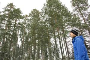 Kim Woxlägd äger tillsammans med sambom Johanna Bogfors 200 hektar skog. När Ivar drog fram föll 300 kubik till marken.