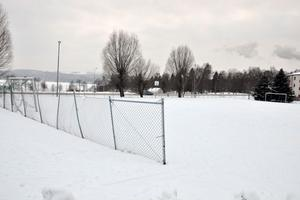 Här, på fotbollsplanen i Siggebo, vill Säters kommun placera förskolemodulerna, som ska lösa förskolekön.