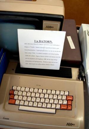 Alla föremål i skolmuseet är inte direkt kopplade till skolan. Här finns bland annat den allra första hemdatorn som lanserades 1970.