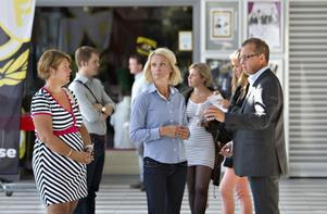 Kommunalrådet Carina Blank (S), Gefle IF:s klubbdirektör Eva von Schéele-Frid och Brynäs IF:s klubbdirektör Hans-Göran Karlsson diskuterar planerna om det framtida idrottscentret på Sätraåsen.