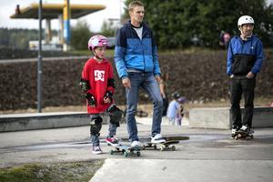 Mille Kåhrström med sin pappa Fredrik Kåhrström från Härnösand passade på att testa den nya delen av skateparken.