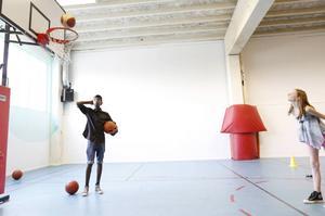 Adil Arbaba spelar basket i Bräcke sportklubb sedan fyra månader tillbaka. Han övervakade prova-på basketen under Fritid i Bräcke-dagen.