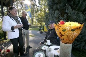 Tack för de gångna åren! På Sätra gränd blev det avtackning. Berit Karlberg-Holmkvist och hennes man Olof hade fixat fika åt sin brevbärare Thor Carlsson, som kallas Kubben.